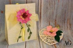 Bomboniera con sacchetto e cuore in vimini decorati rispettivamente con fiori in gomma fommy e feltro
