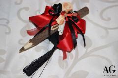 Bomboniera laurea con penna decorata e pergamena avvolta scritta a mano