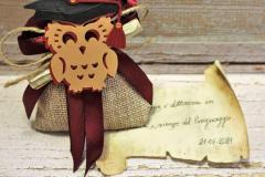 Sacchettino bomboniera per laurea con  segnalibro gufetto portafortuna in cartoncino e con particolare della pergamena, tutto realizzato a mano