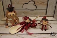 Immagine complessiva di bomboniere realizzate a mano con gufetto portafortuna, sacchettino per amici e cucchiaio in legno per parenti.