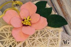 Particolare di fiore su cuoricino in vimini fatto a mano in feltro e utilizzabile come bomboniera o decorazione
