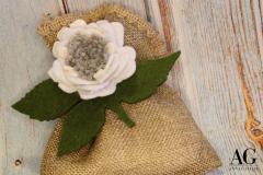 Particolare rosa bianca e grigia in feltro