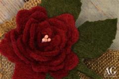 Particolare rosa rossa in feltro
