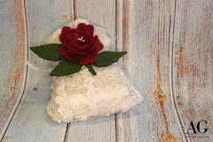 Sacchettino porta confetti con rosa rossa in feltro fatta a mano