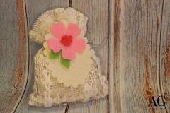 Sacchettino in pizzo porta confetti con fiore e tag in feltro