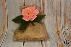 Porta confetti sacchettino in juta con rosa in feltro eseguita a mano