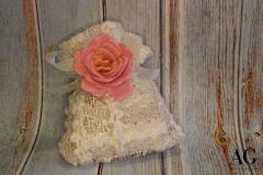 Sacchettino porta confetti in pizzo con rosa in feltro
