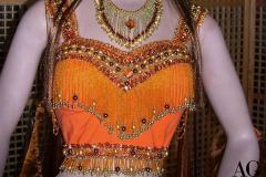 Particolare corpetto decorato a mano con elementi brillanti, perline e paillettes