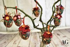 Alcune uova decorate esposte su un albero di Pasqua