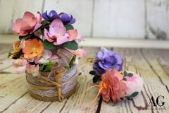 Decorazione-floreale-primaverile-e-uova-pasquali-con-fiori-eseguiti-a-mano