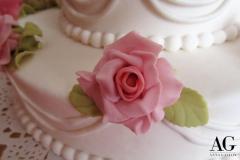 Particolare di delicata rosa su fondo bianco realizzata a mano