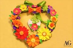 Ghirlanda primaverile in vimini a forma di cuore con fiori fatti a mano in gomma EVA
