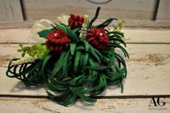 Composizione floreale in feltro fatta a mano con fiori fantasie e foglie sottili
