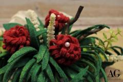 Particolare dei fiori e delle foglie della composizione floreale in feltro