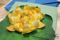 Biglietto di auguri con fiore di Loto simbolo di purezza e di elevazione spirituale dedicato ad un matrimonio. Interamente realizzato e dipinto a mano.