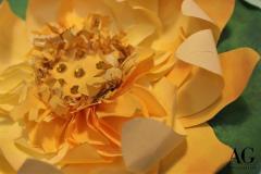 Dettaglio fiore di Loto su biglietto fatto a mano e personalizzato per matrimonio