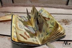 Un libro personalizzato che sorprenderà il destinatario con le sue pagine dedicate. Tra fiori, piante, brindisi e voli di farfalle