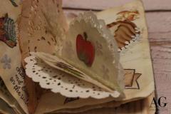 Pagina interna del libretto personalizzato, con piccola busta contenente un mini libricino raffigurante una mela