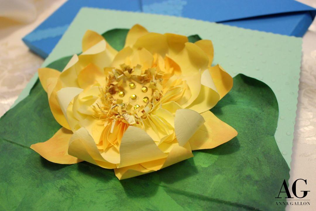 Biglietto con fiore di Loto realizzato e dipinto a mano per un matrimonio.